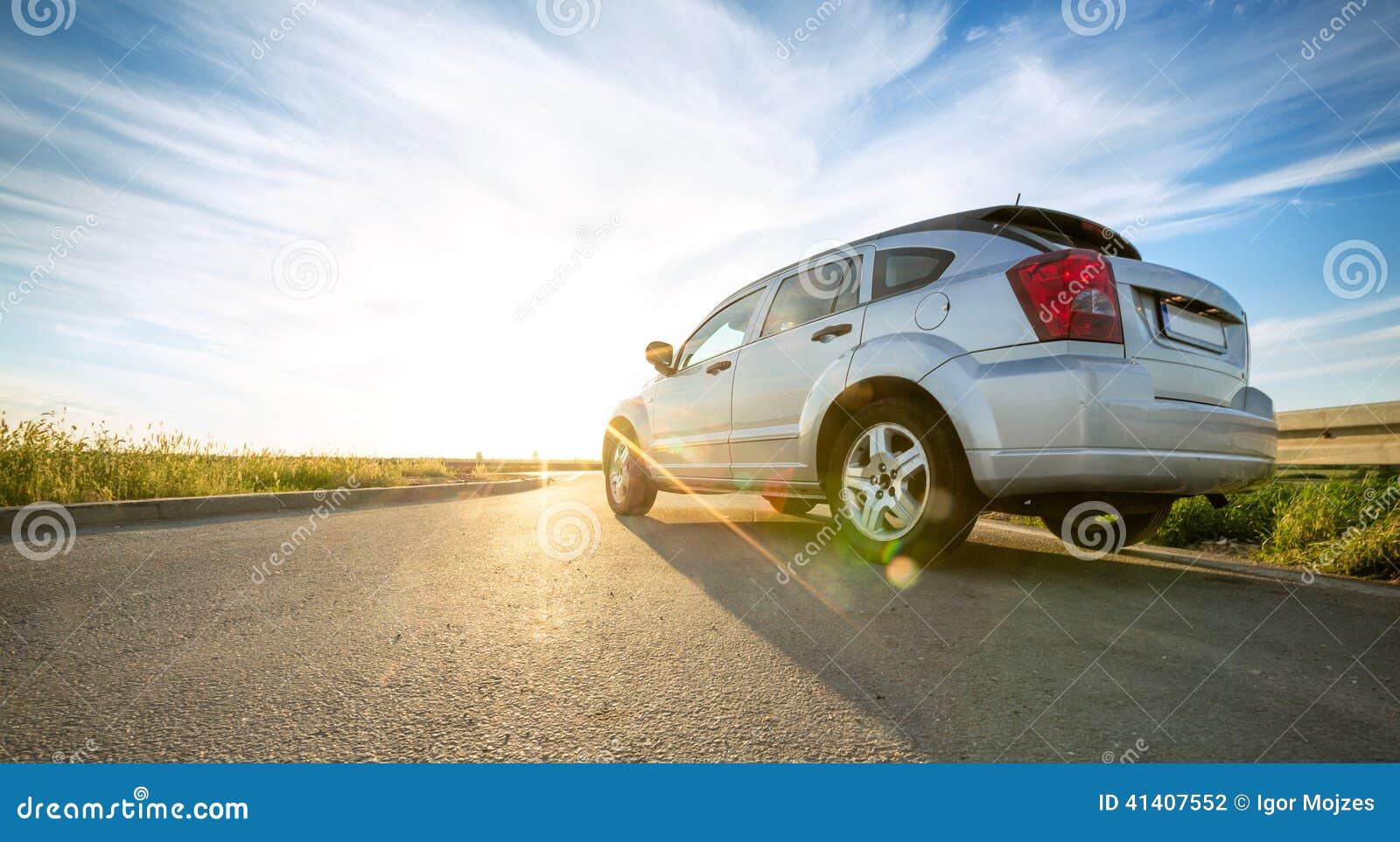 Auto op weg over zonnige dag