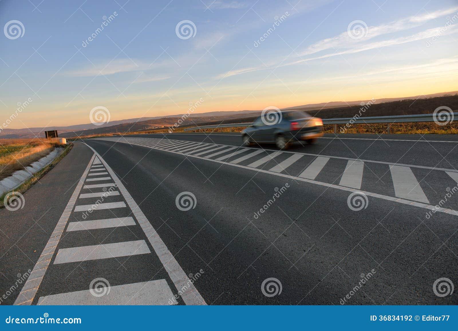 Auto op wegweg