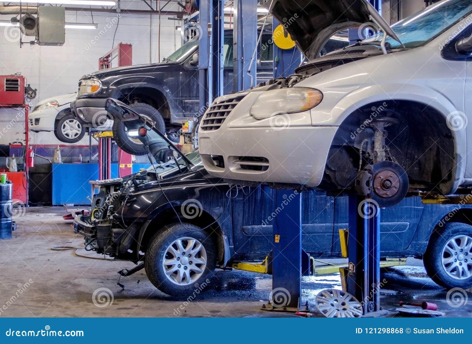 Auto remontowy sklep pracuje na pojazdach