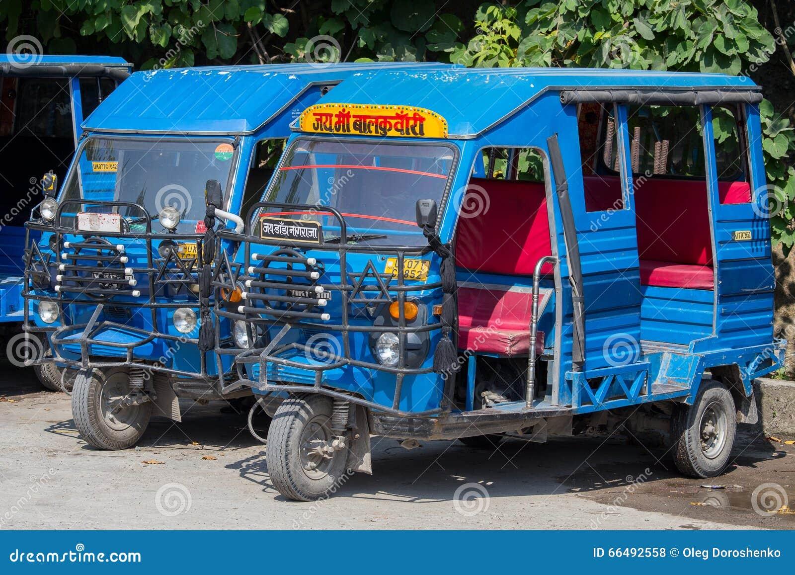 Auto riksza taxi na drodze indu schody rishikesh indyjska świątyni