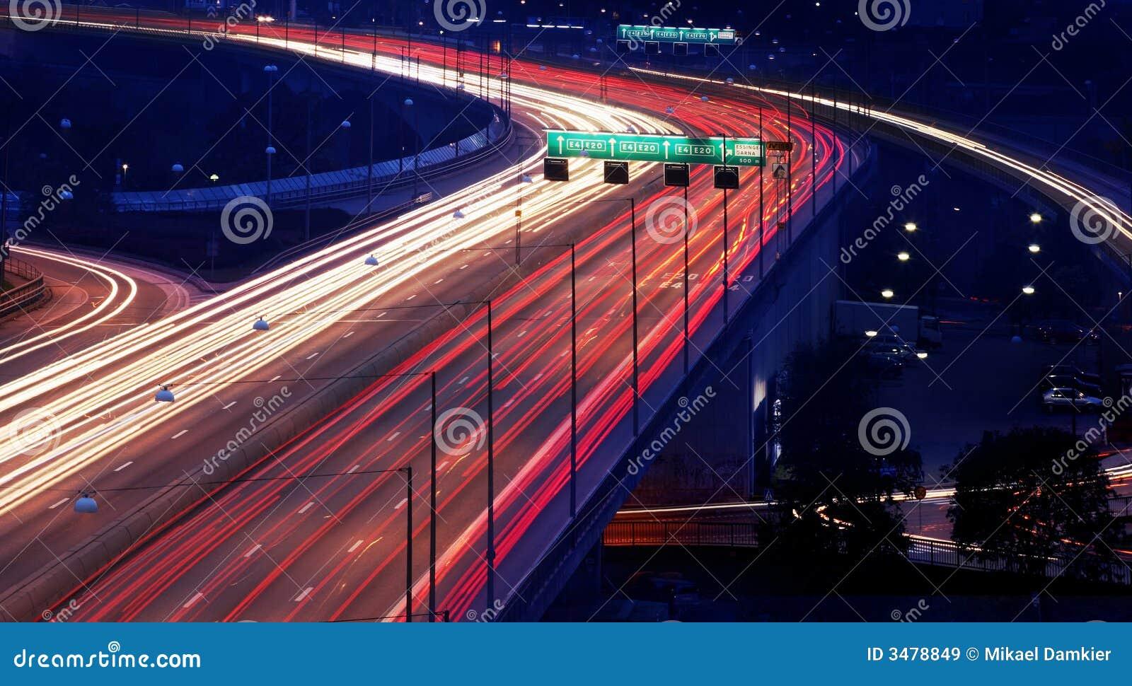 Auto s bij nacht met motieonduidelijk beeld