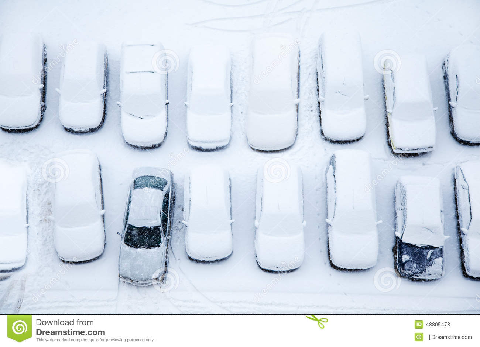 Auto s die met sneeuw worden behandeld