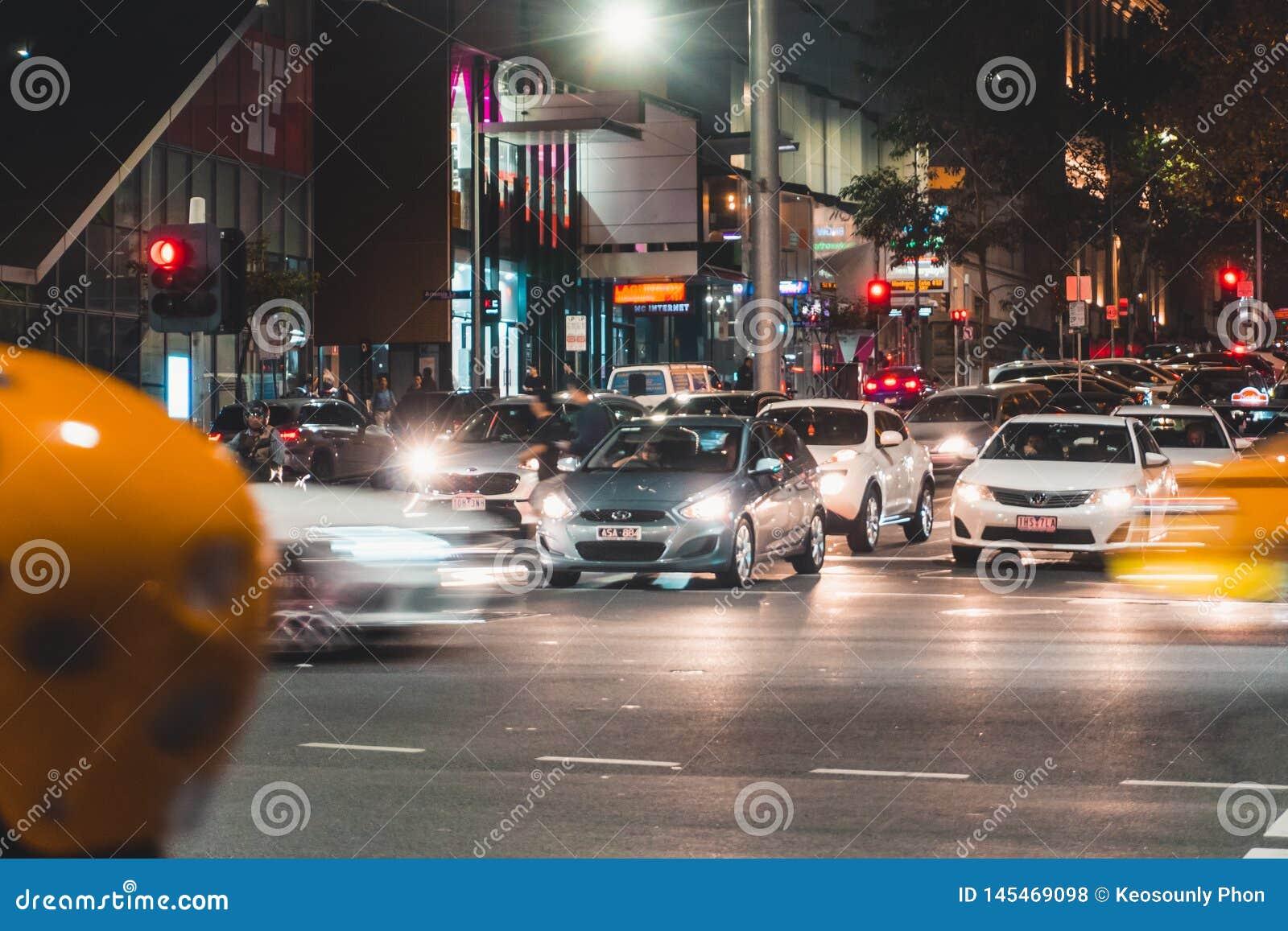 Auto s in Melbourne CBD bij Nacht