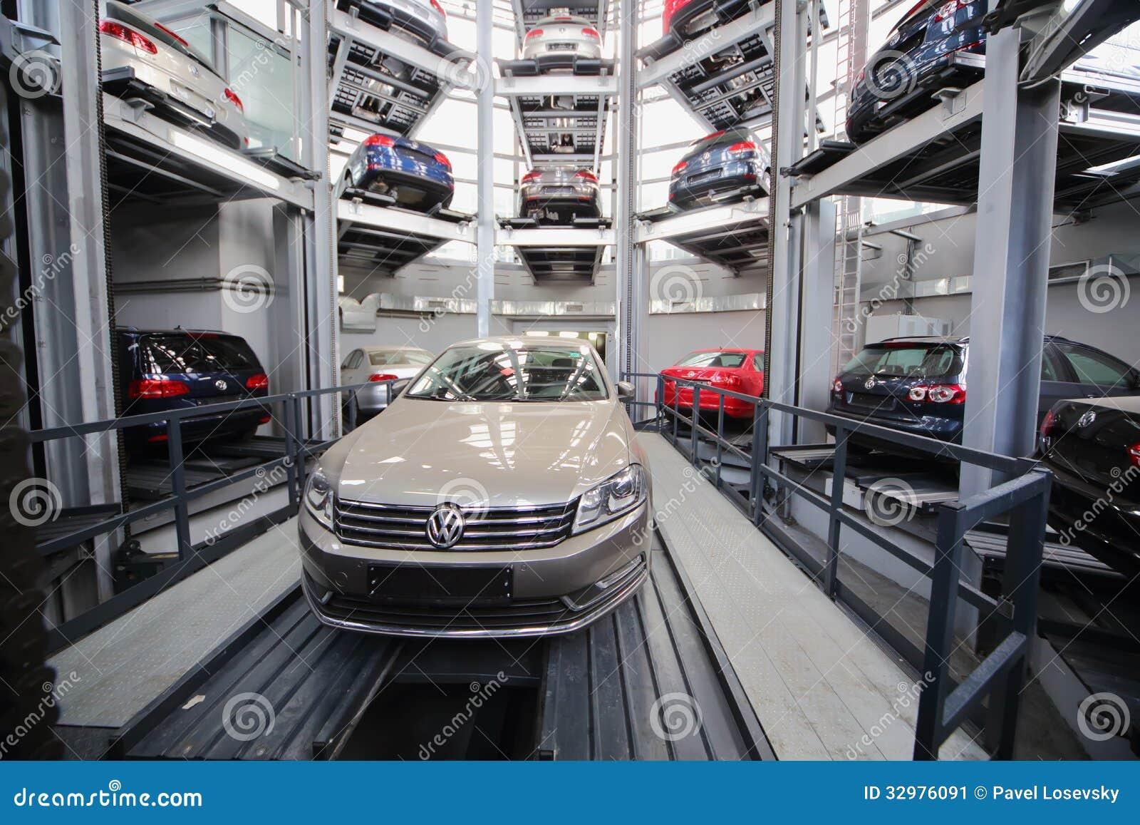 auto 39 s volkswagen in de toren voor opslag redactionele foto afbeelding bestaande uit auto. Black Bedroom Furniture Sets. Home Design Ideas