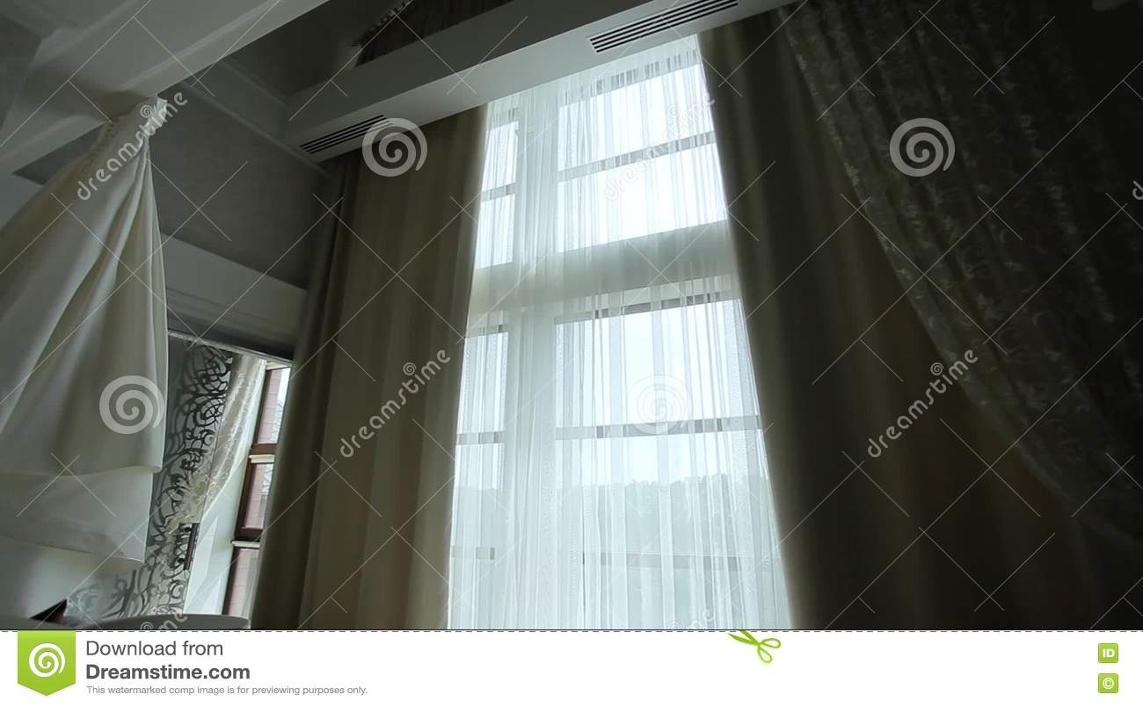 https://thumbs.dreamstime.com/z/auto-sluit-gordijnen-de-flat-met-een-groot-venster-74029278.jpg