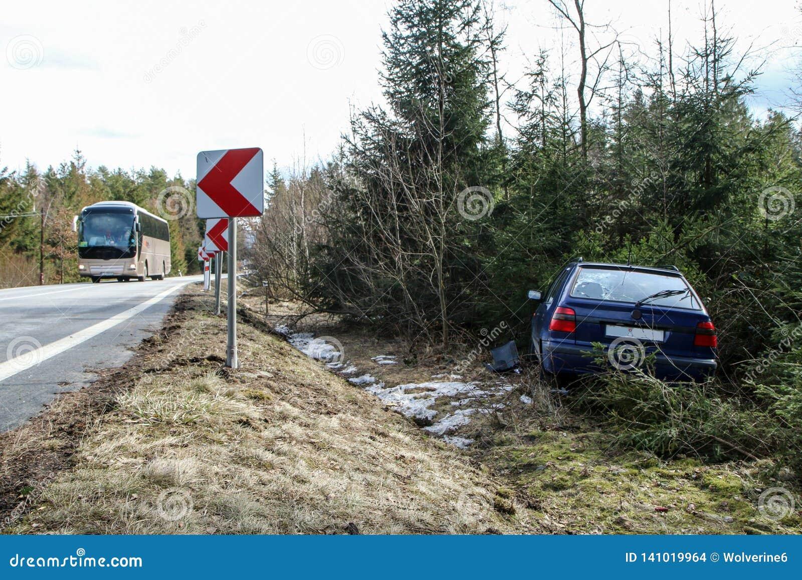 Auto tijdens het verkeersongeval dat wordt vernietigd