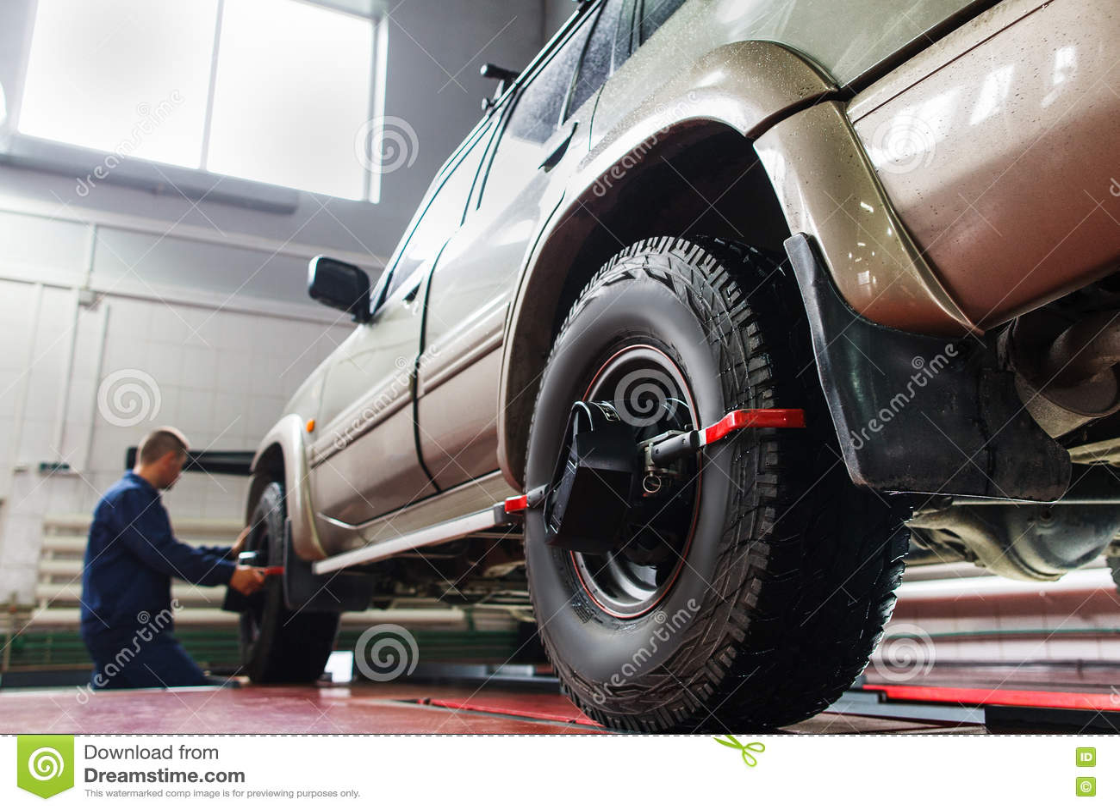 Auto wheel alignment in garage suv maintenance stock for Garage villeneuve auto service