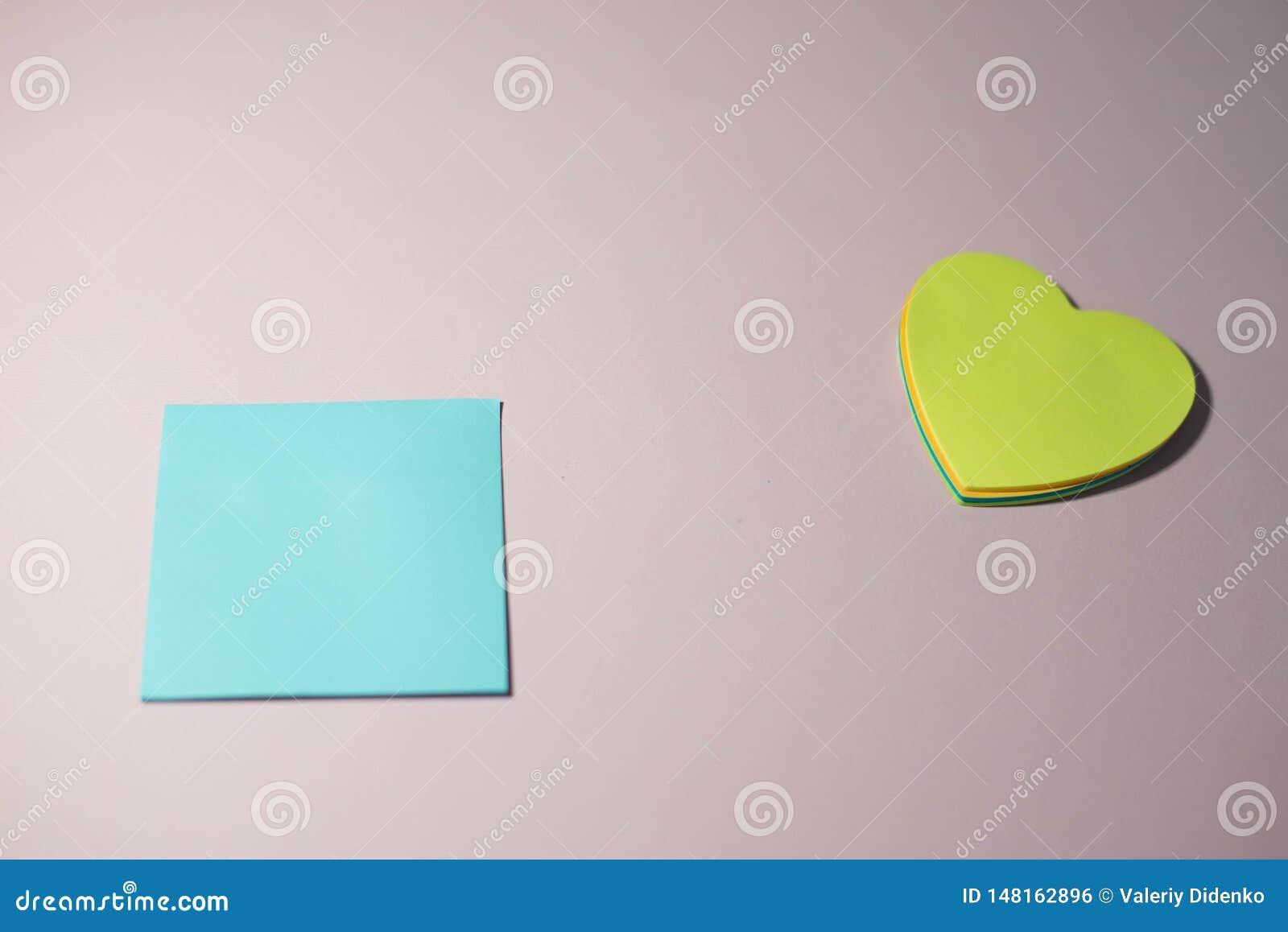 Autoadesivi di carta su un fondo rosa