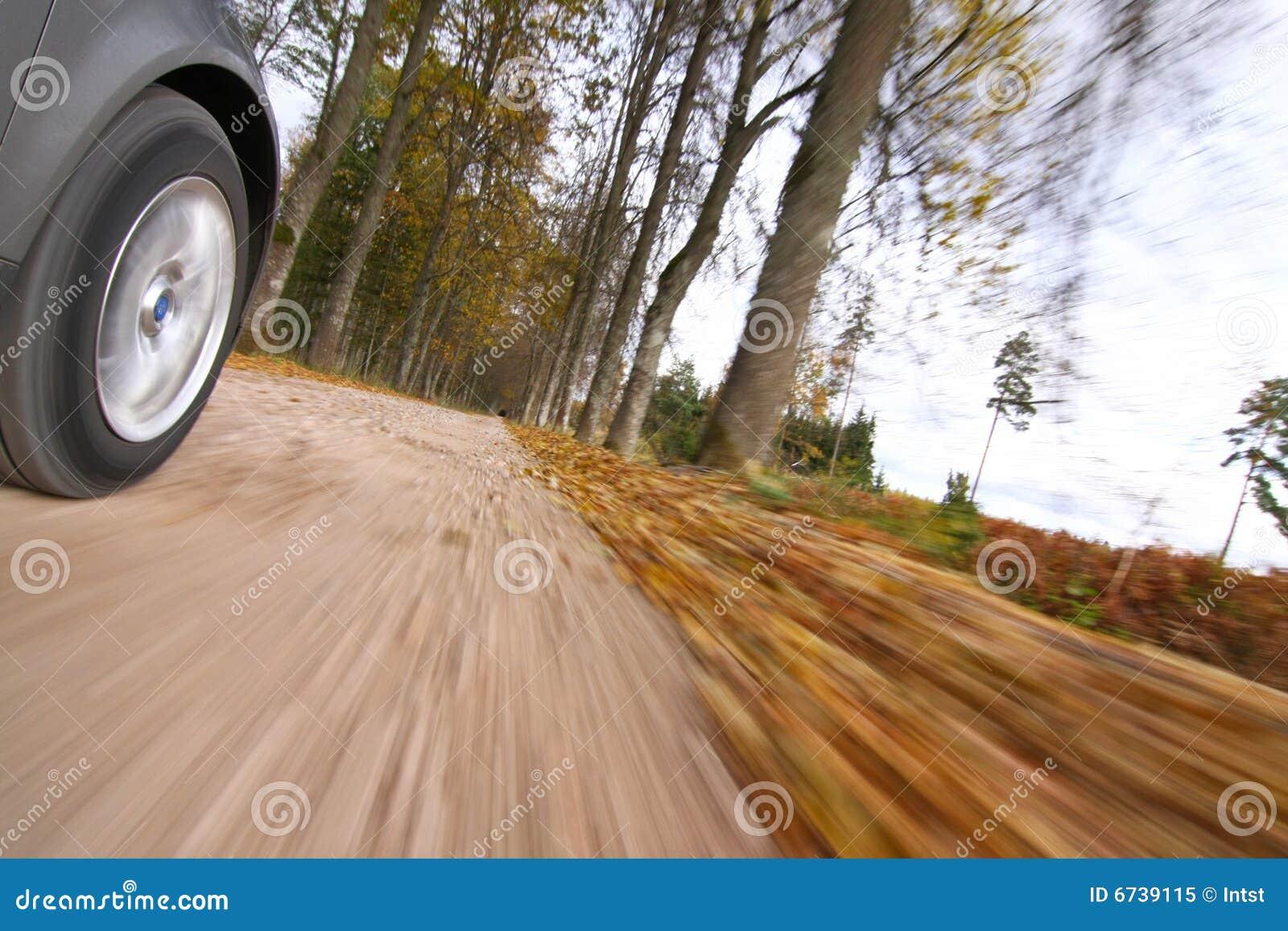 Autoantreiben auf Landstraße.