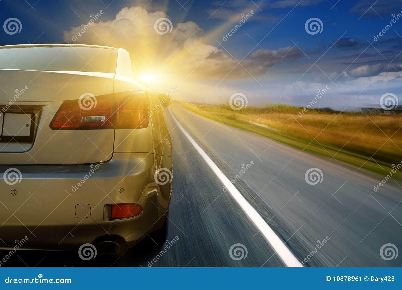 Autoantreiben in Richtung zum Sonnenschein