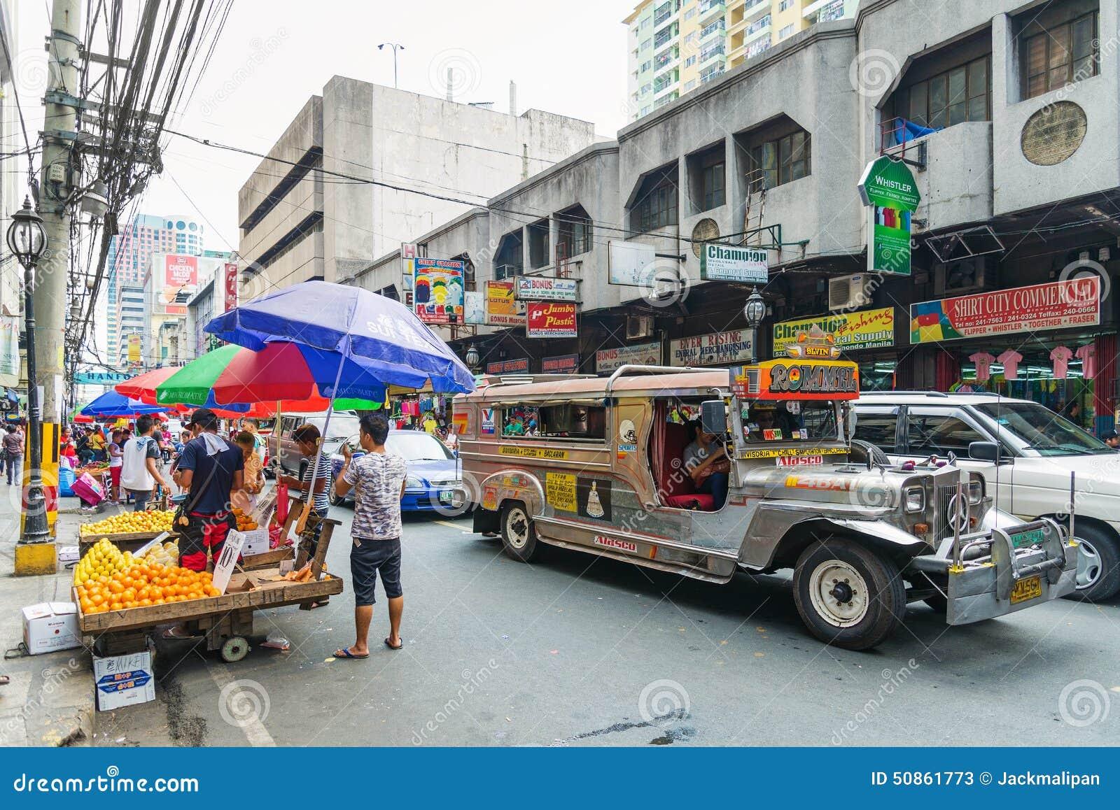 Autobús de Jeepney en Manila Chinatown en Filipinas