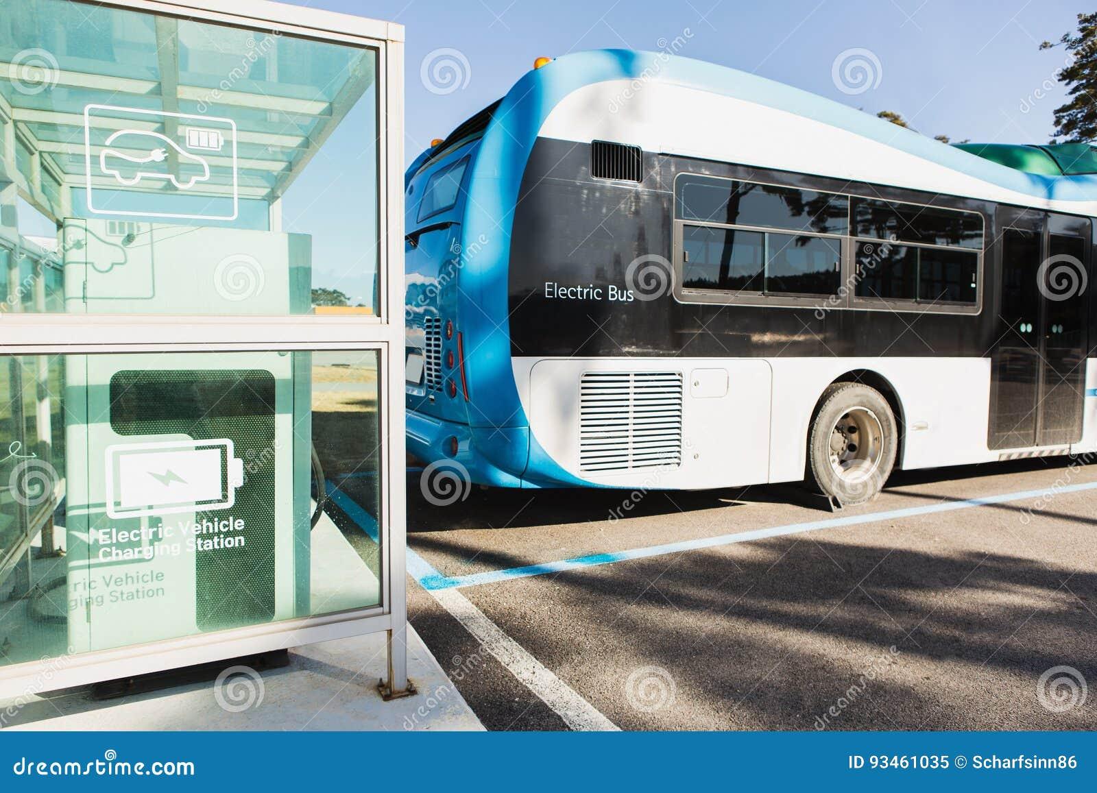 Autobús eléctrico en la calle