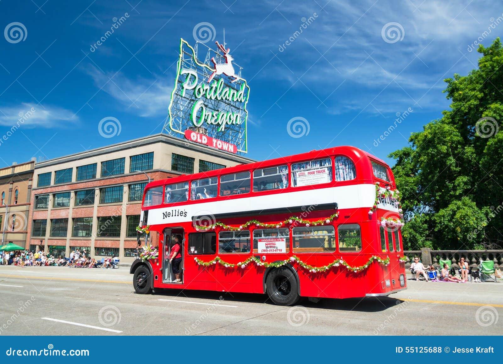 Autobús en el desfile floral magnífico de Portland