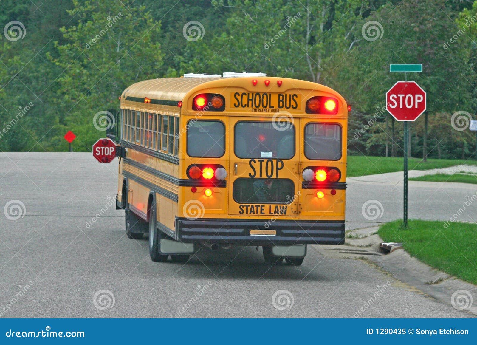 Download Autobús Escolar En La Muestra De La Parada Imagen de archivo - Imagen de vecindad, amarillo: 1290435
