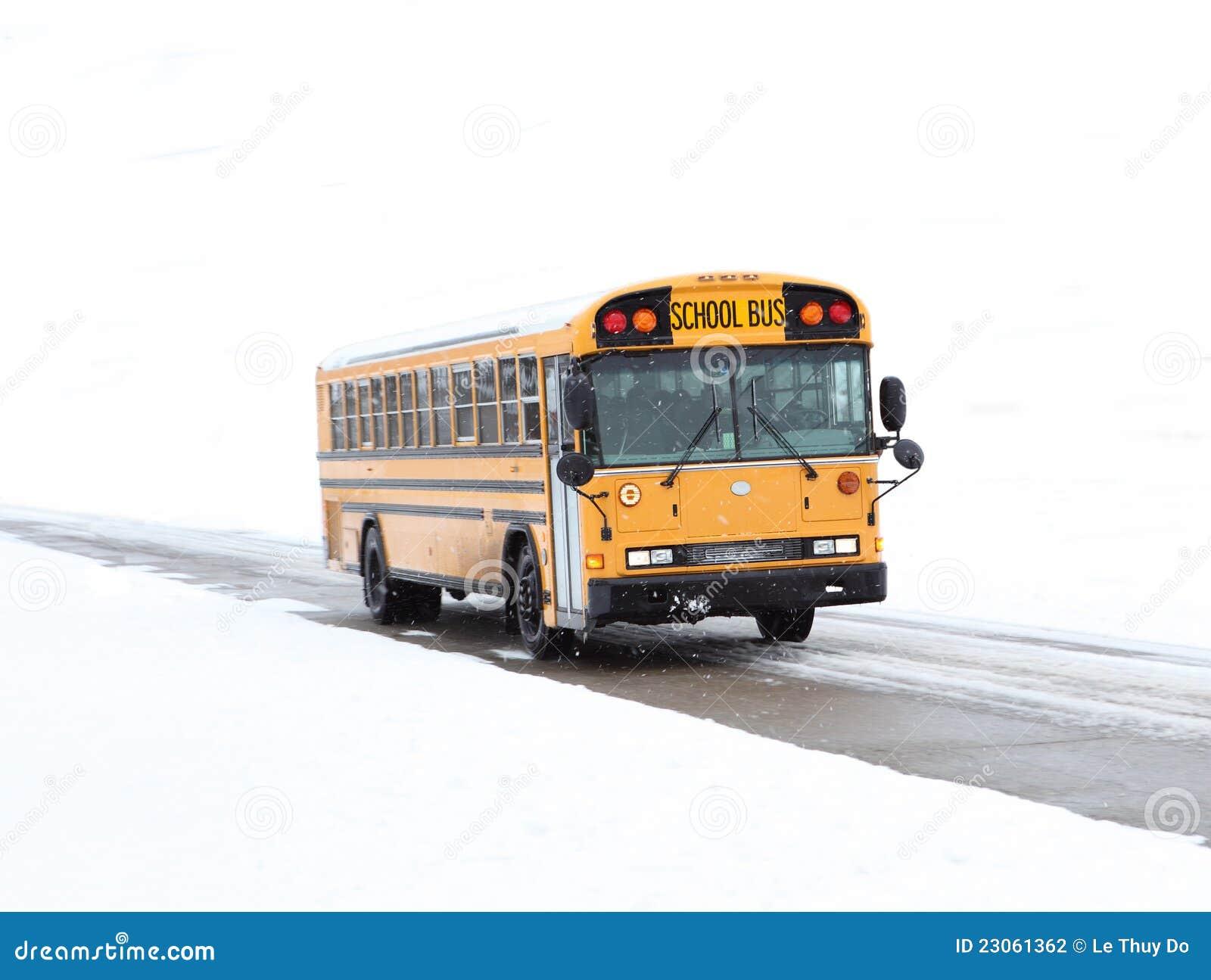 Autobús escolar en nieve