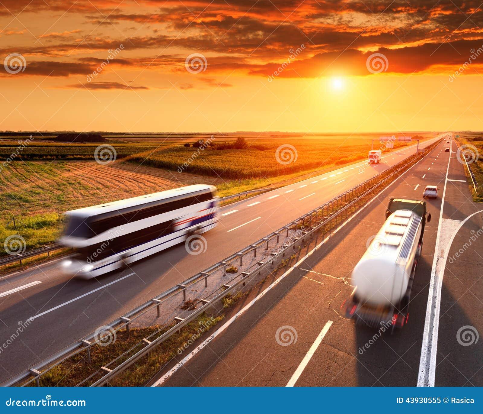 Autobús y camión en la falta de definición de movimiento en la carretera