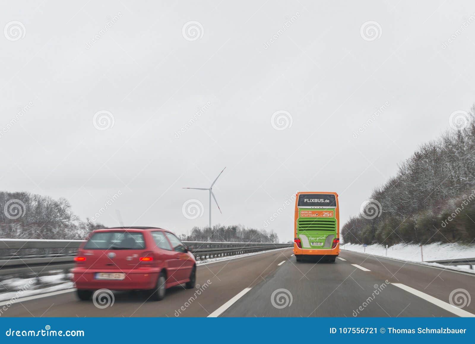 Autobús y coches de Flixbus en la dirección del autobahn A6 al rnberg del ¼ de NÃ, germen