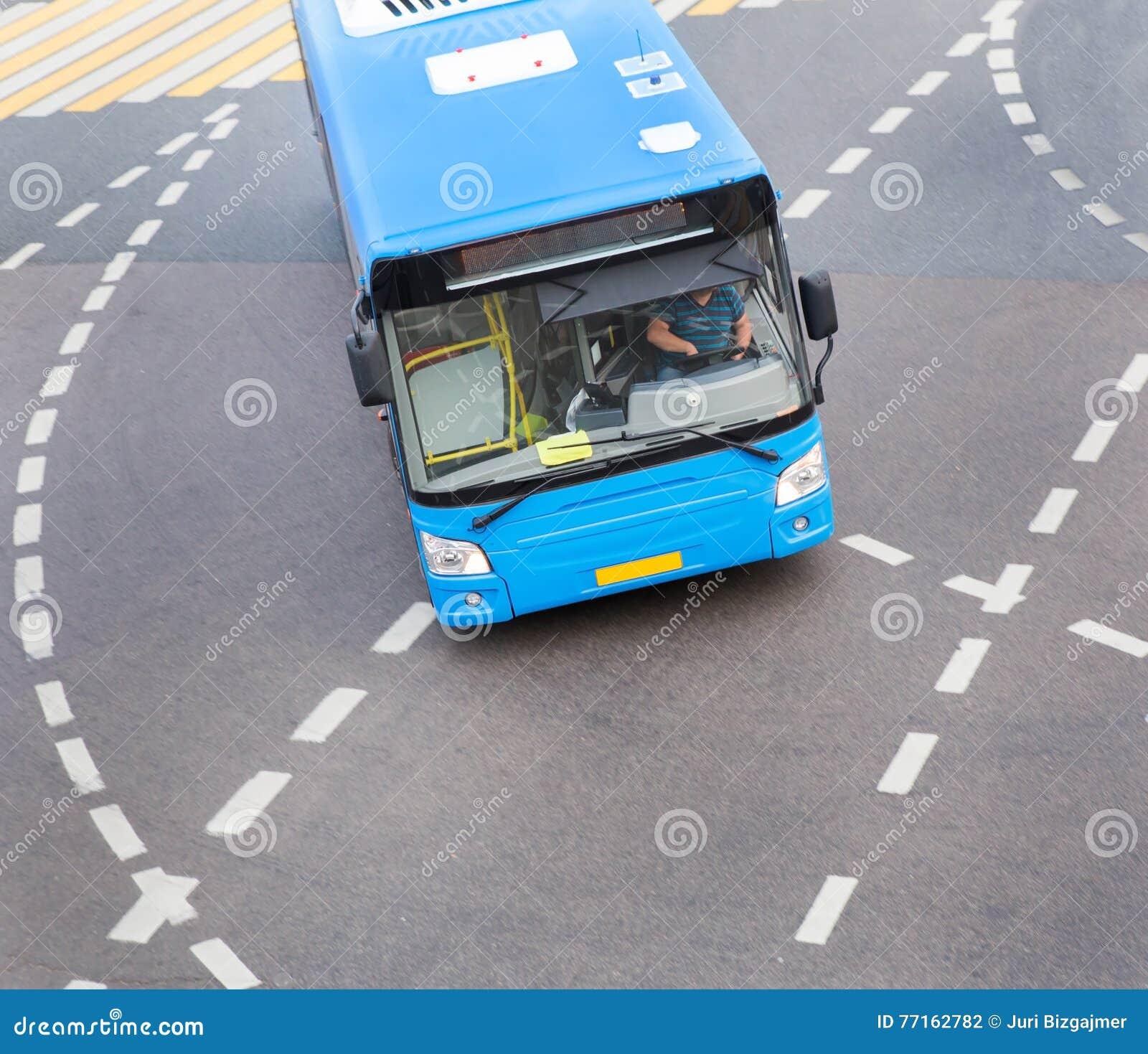 Autobus à l intersection de ville