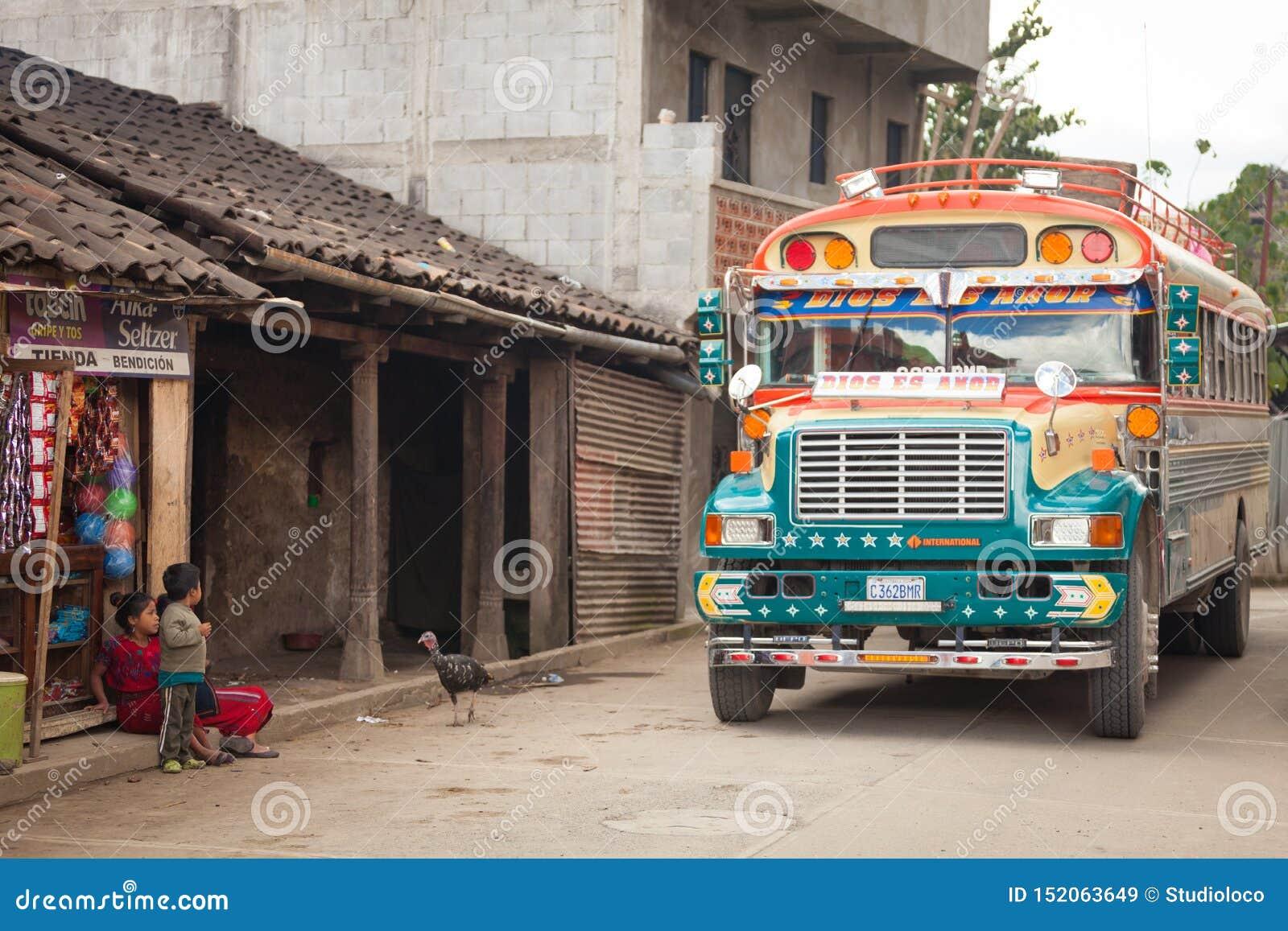 Autobus coloré de poulet sur la rue dans le village guatémaltèque