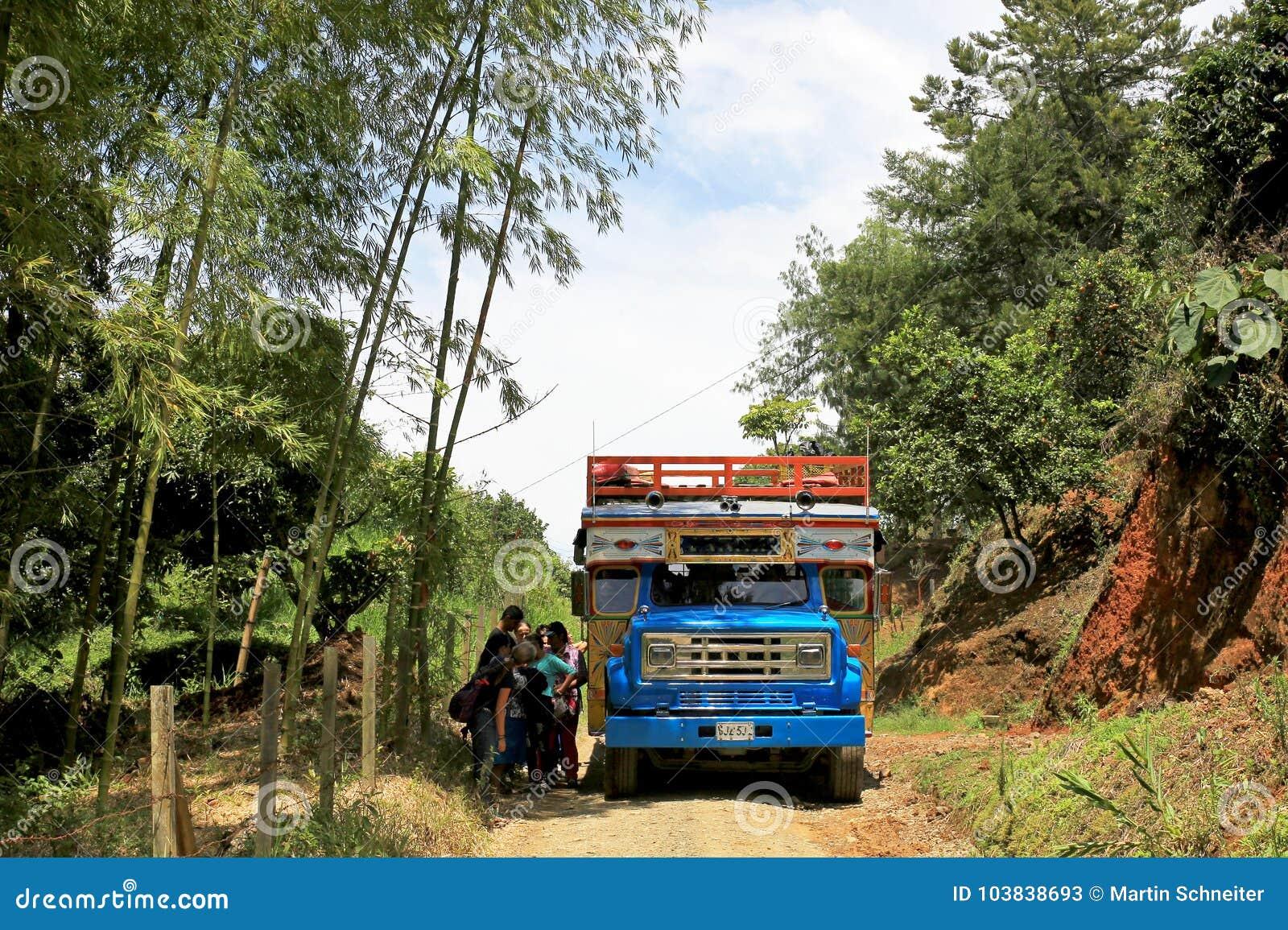 Autobus Colore Typique De Poulet Pres D El Jardin Antioquia