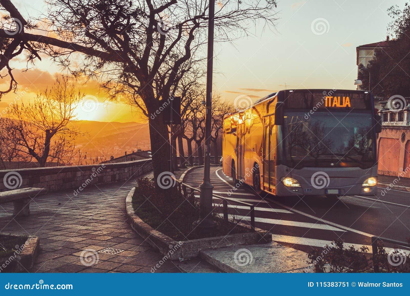 Autobus dans le crépuscule
