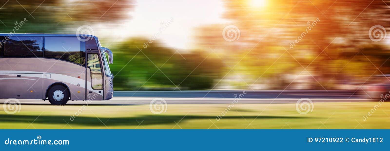 Autobus na asfaltowej drodze w pięknym wiosna dniu
