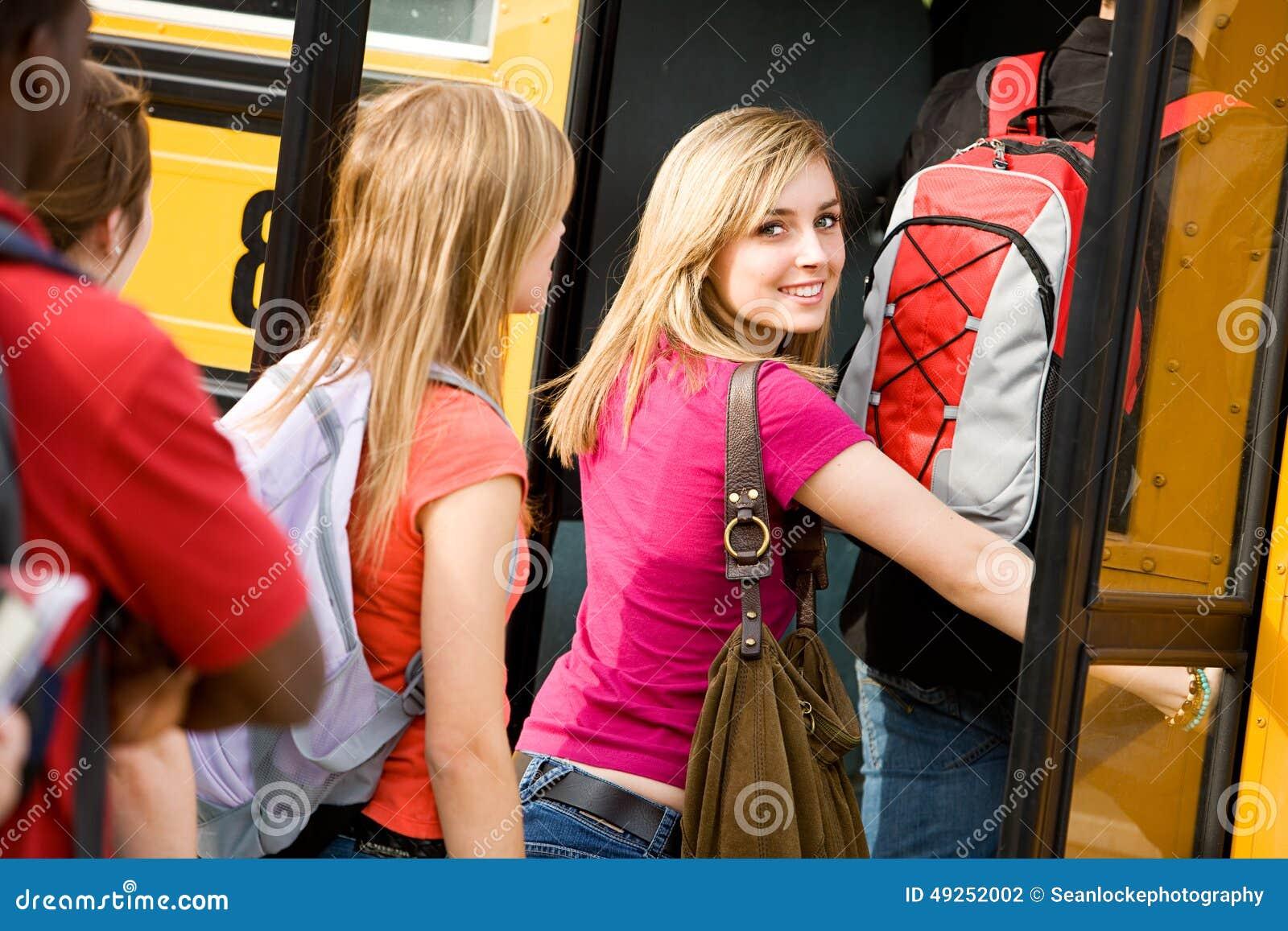 Autobus Szkolny: Śliczni Nastoletni spojrzenia Z powrotem Podczas gdy Wsiadający autobus