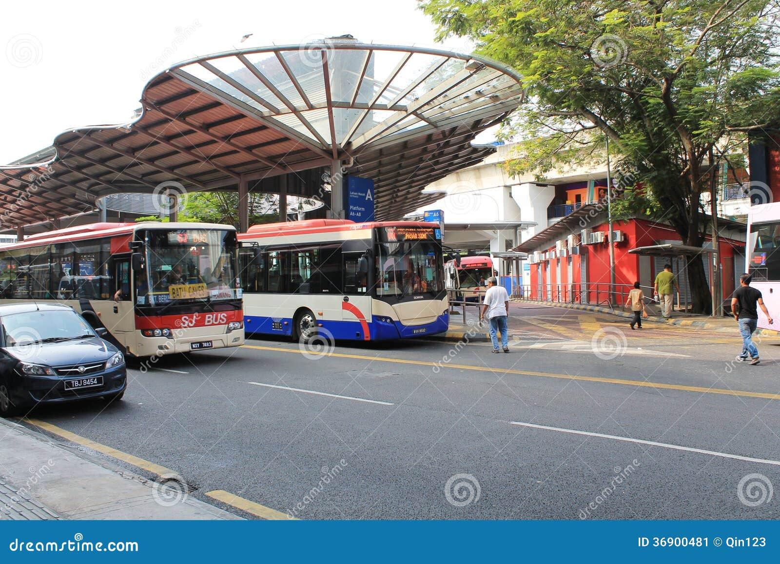 Autobusowa sekcja obok lrt przy pasar seni