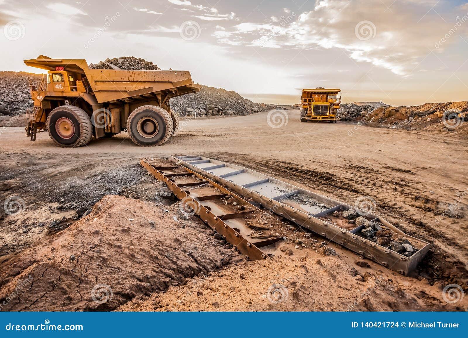 Autocarri con cassone ribaltabile di estrazione mineraria che trasportano il minerale metallifero del platino per elaborare