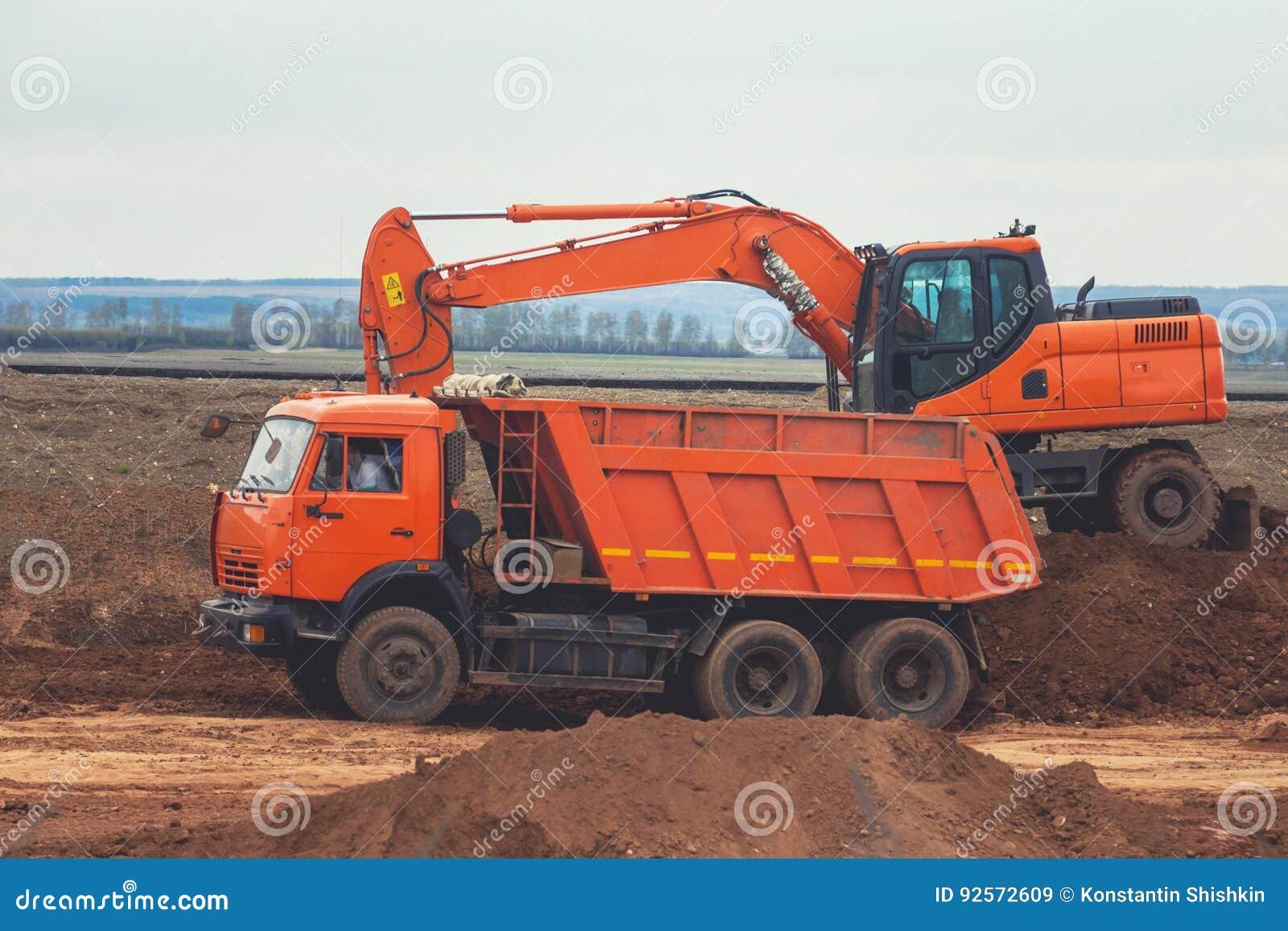Autocarro con cassone ribaltabile rosso di caricamento di wxcavator a costruzione della strada