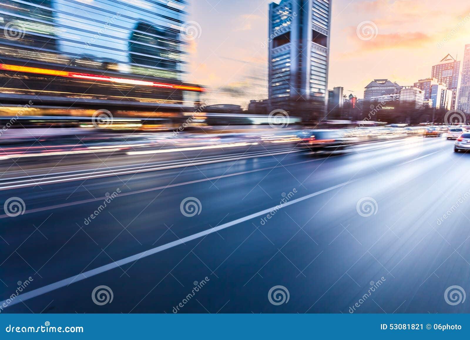 Autofahren auf Autobahn bei Sonnenuntergang, Bewegungsunschärfe