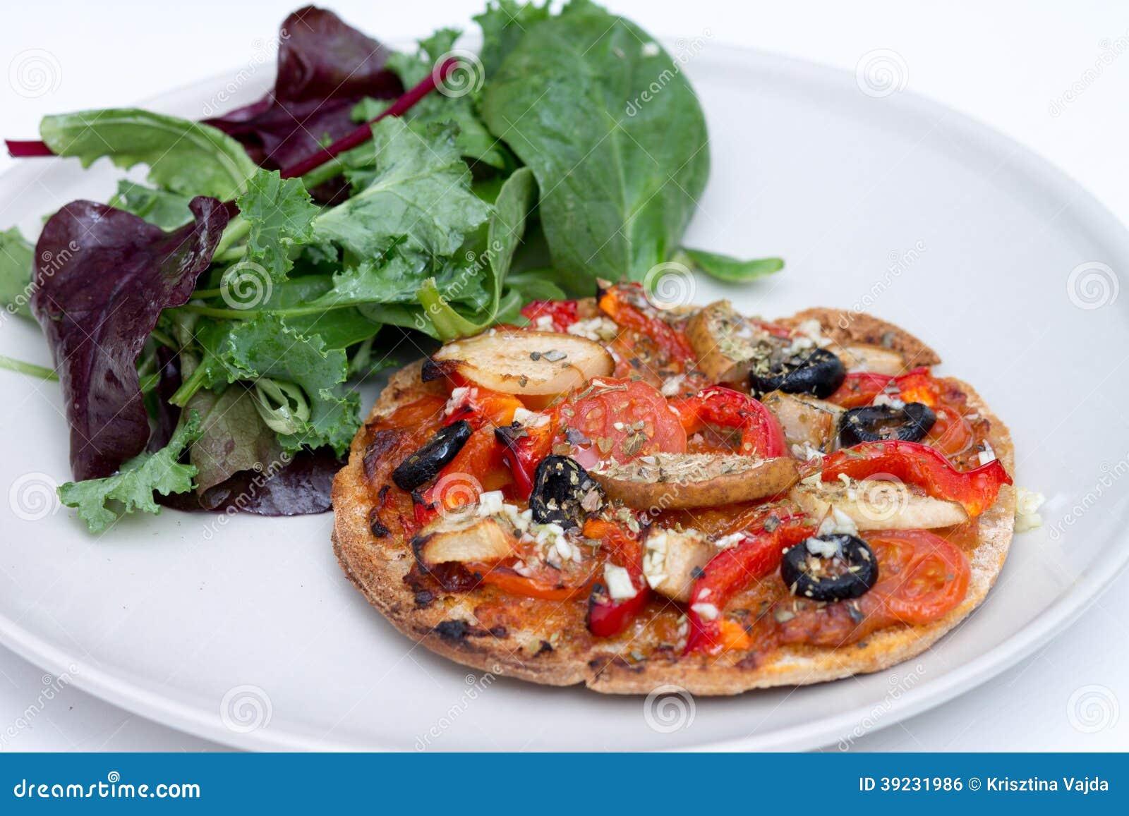 autoguidez la mini pizza cuite au four de vegan avec de la salade de ruccola photo stock image. Black Bedroom Furniture Sets. Home Design Ideas