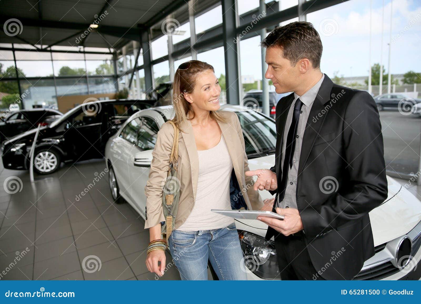 Autohändler Der Dem Möglichen Käufer Fahrzeuge Zeigt Stockfoto