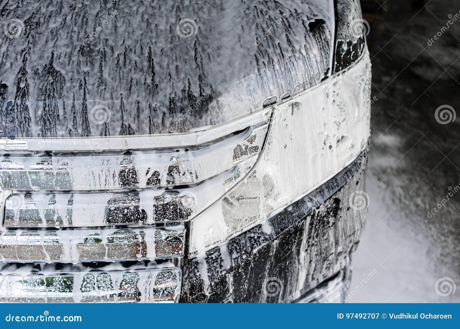 Autolavaggio con sapone Automobile nera coperta da schiuma