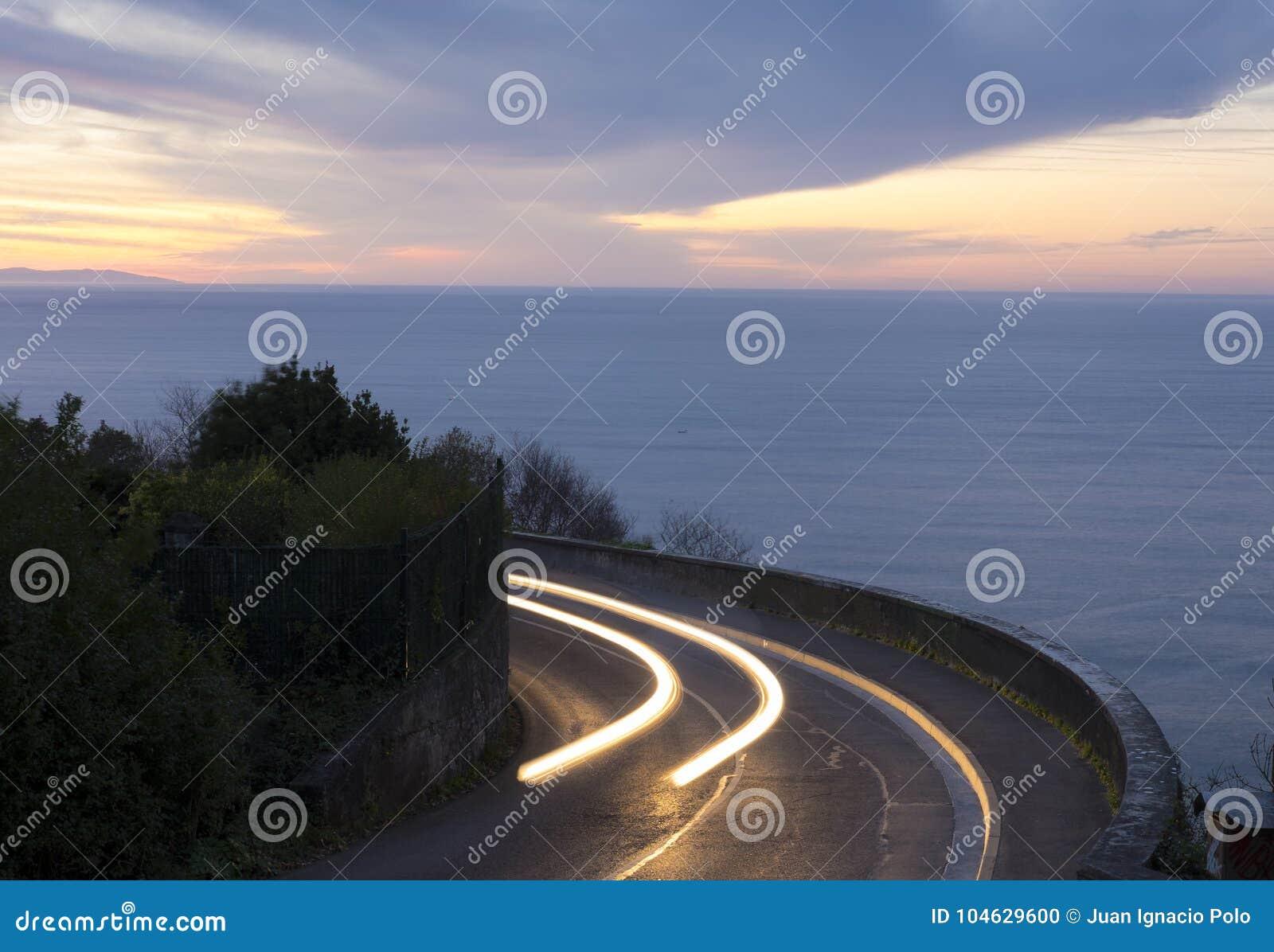 Download Autolichten Op Het Overzees En De Weg Stock Foto - Afbeelding bestaande uit snelheid, modern: 104629600