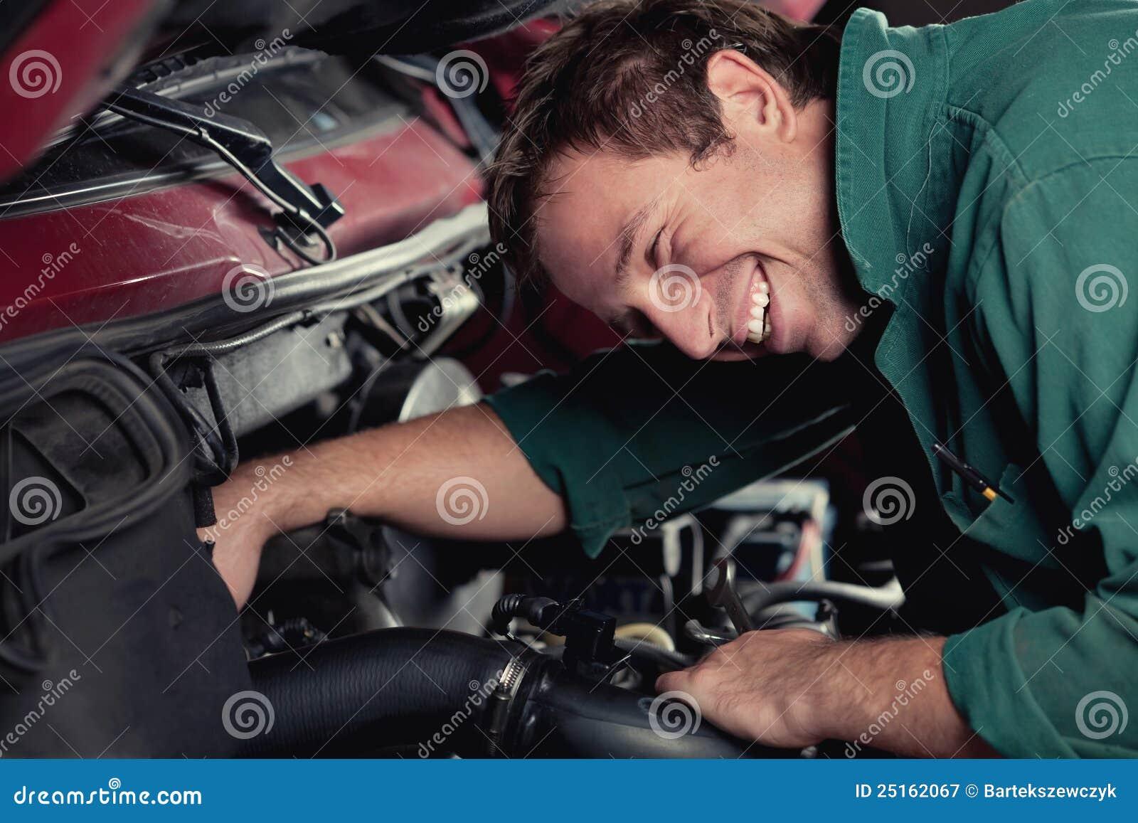 Automóvel de fixação do mecânico no serviço do carro