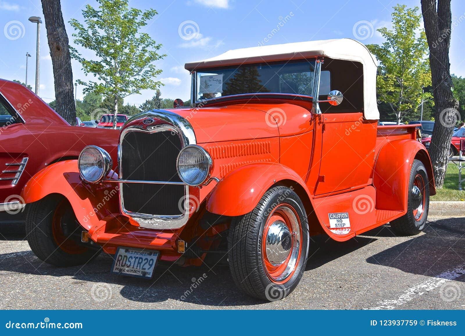 Automóvil descubierto restaurado rojo de Ford 1929