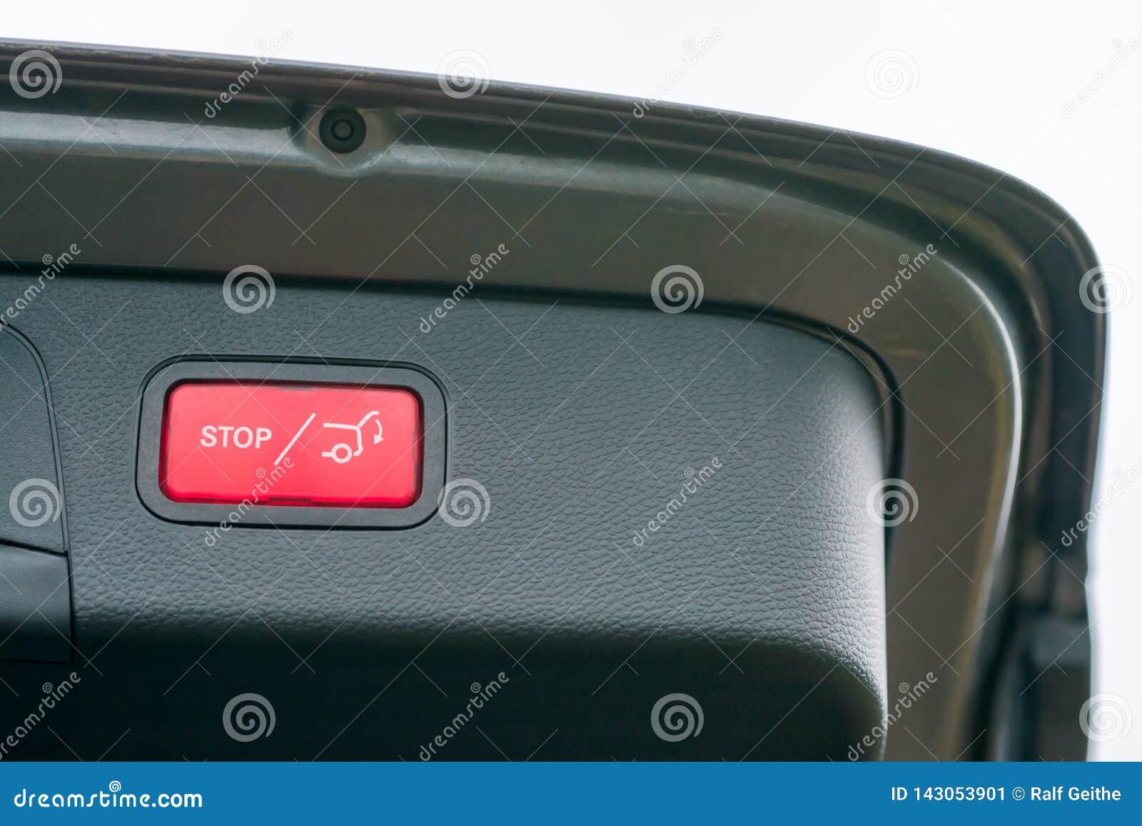Automatisch openend en sluitend de laadklep van een auto als luxueus extra materiaal