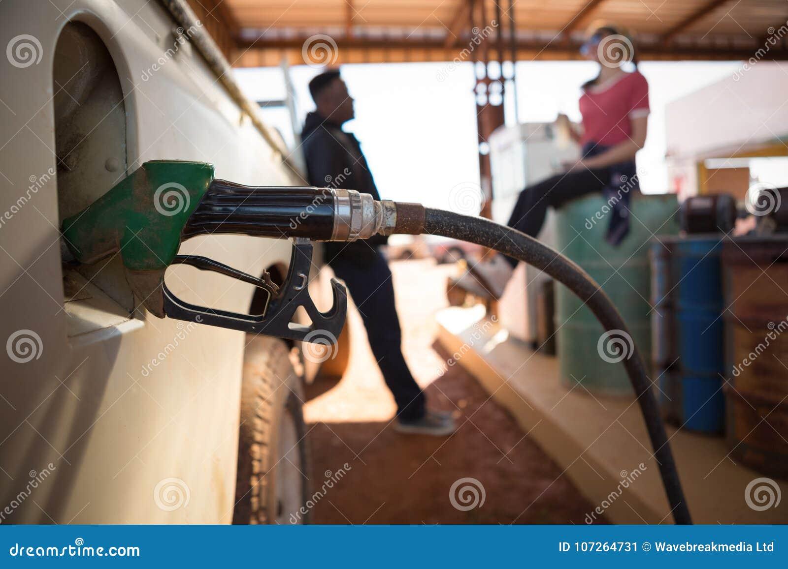 Automatische Düsen, die Treibstoff in Autobehälter füllen