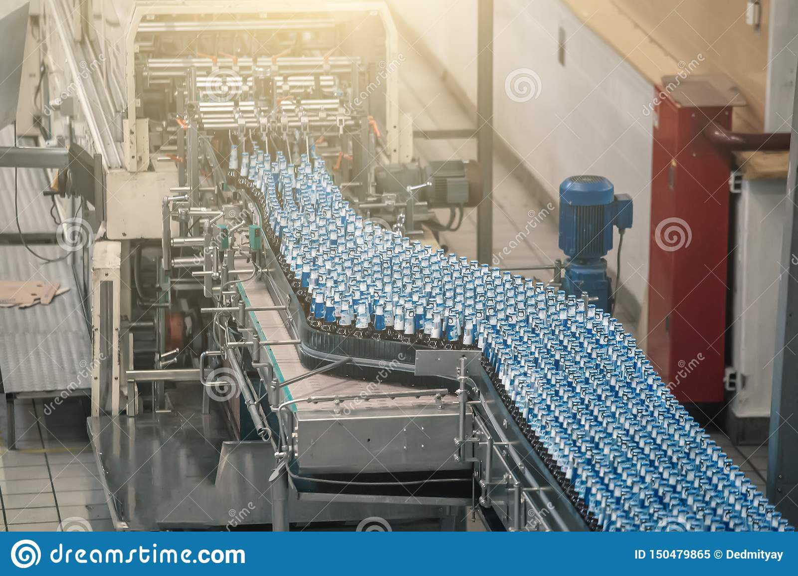 Automatische transportbandlijn of riem met glasflessen bij brouwerijproductie De industri?le machines van het bier bottelende mat