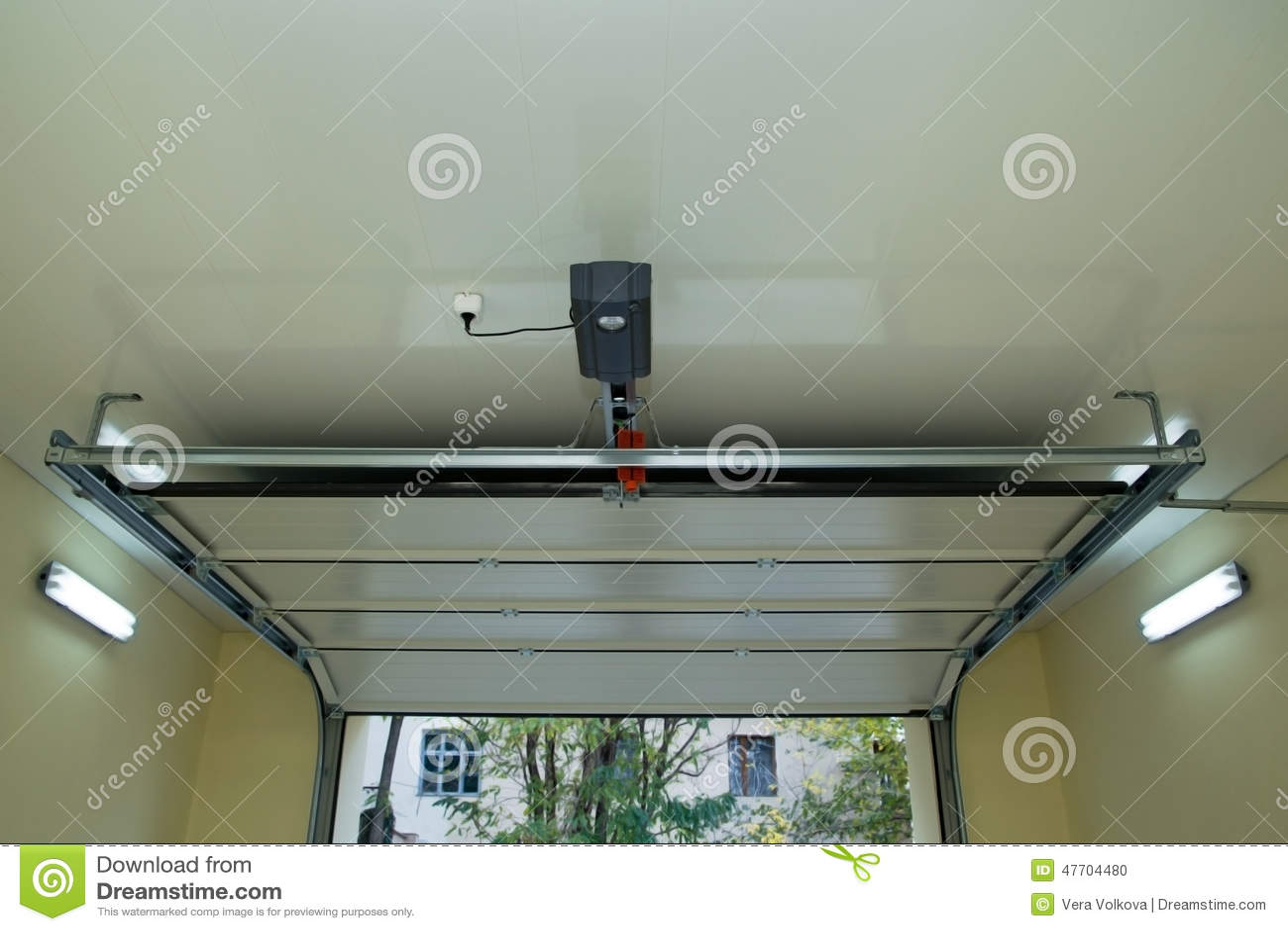 Garagentor innen  Automatischer Garagentor Nach Innen Stockfoto - Bild: 47704480