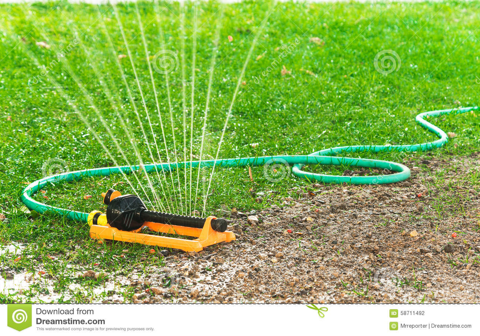 Automatisches Bewasserungssystem Im Garten Unter Dem Grunen Gras