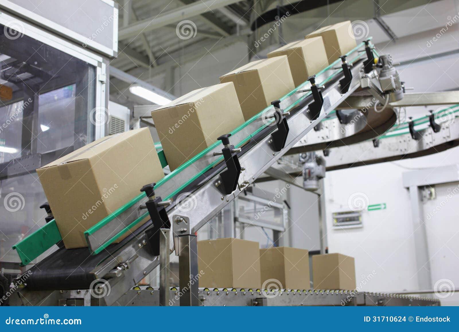 Automatisering - dozen op transportband in fabriek