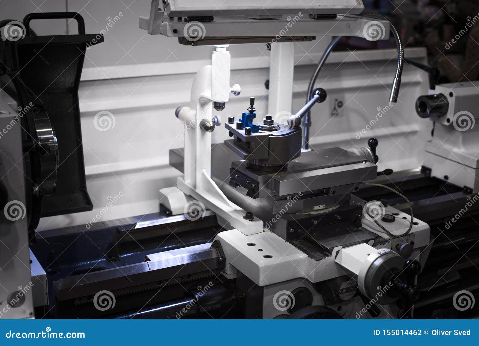 Automatyzujący mechaniczny cnc pracuje w przemysłowej fabryce