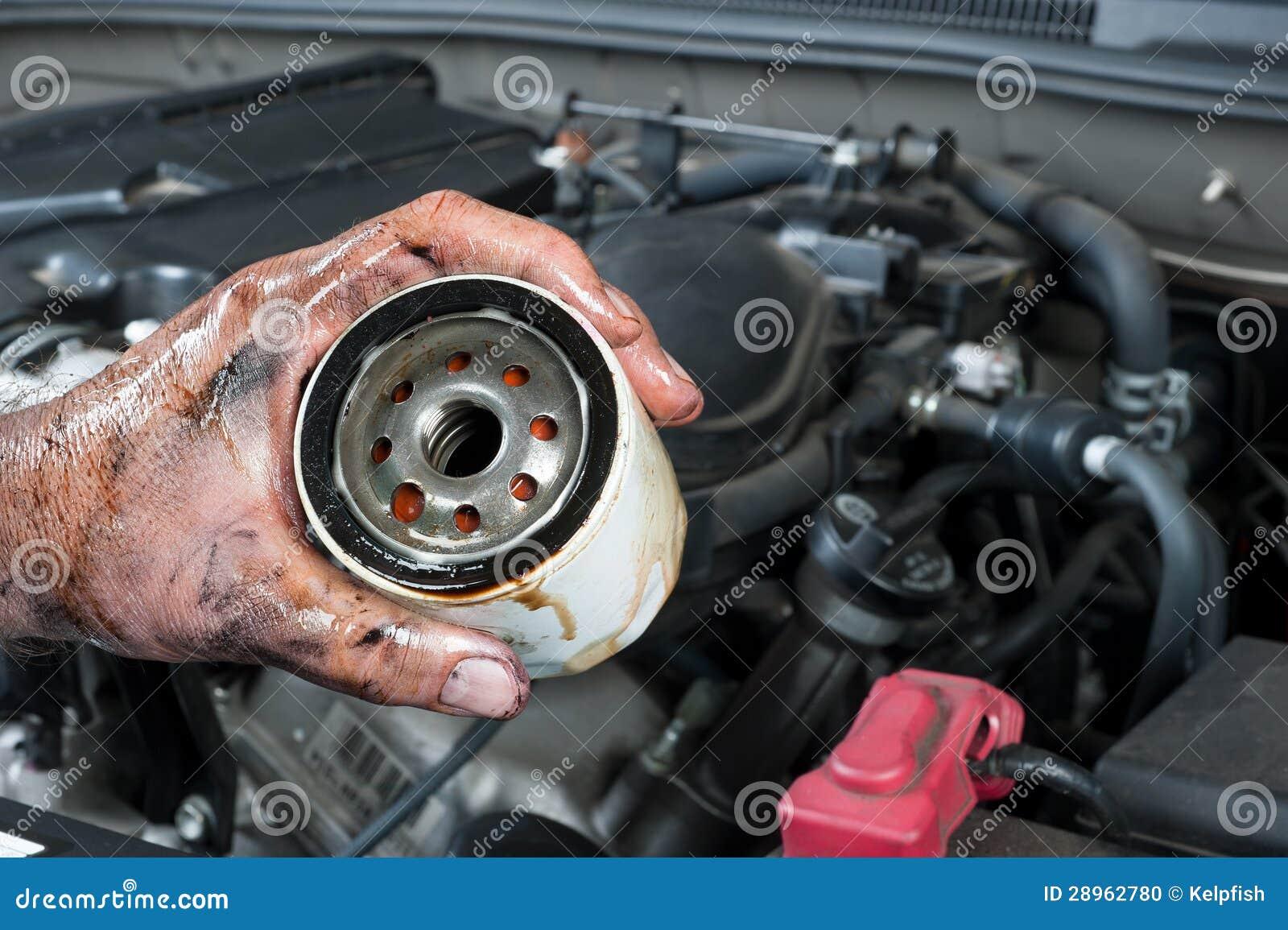 Automechaniker, Der Ölfilter Anhält Stockfoto - Bild von mann ...