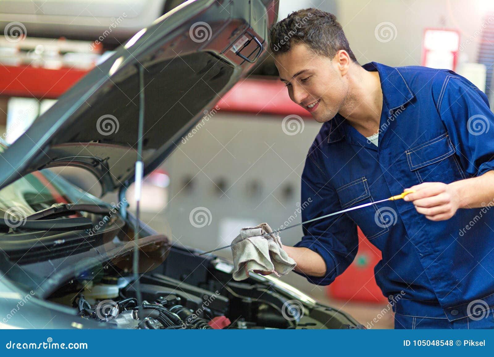 Automechaniker, der an einem Auto arbeitet
