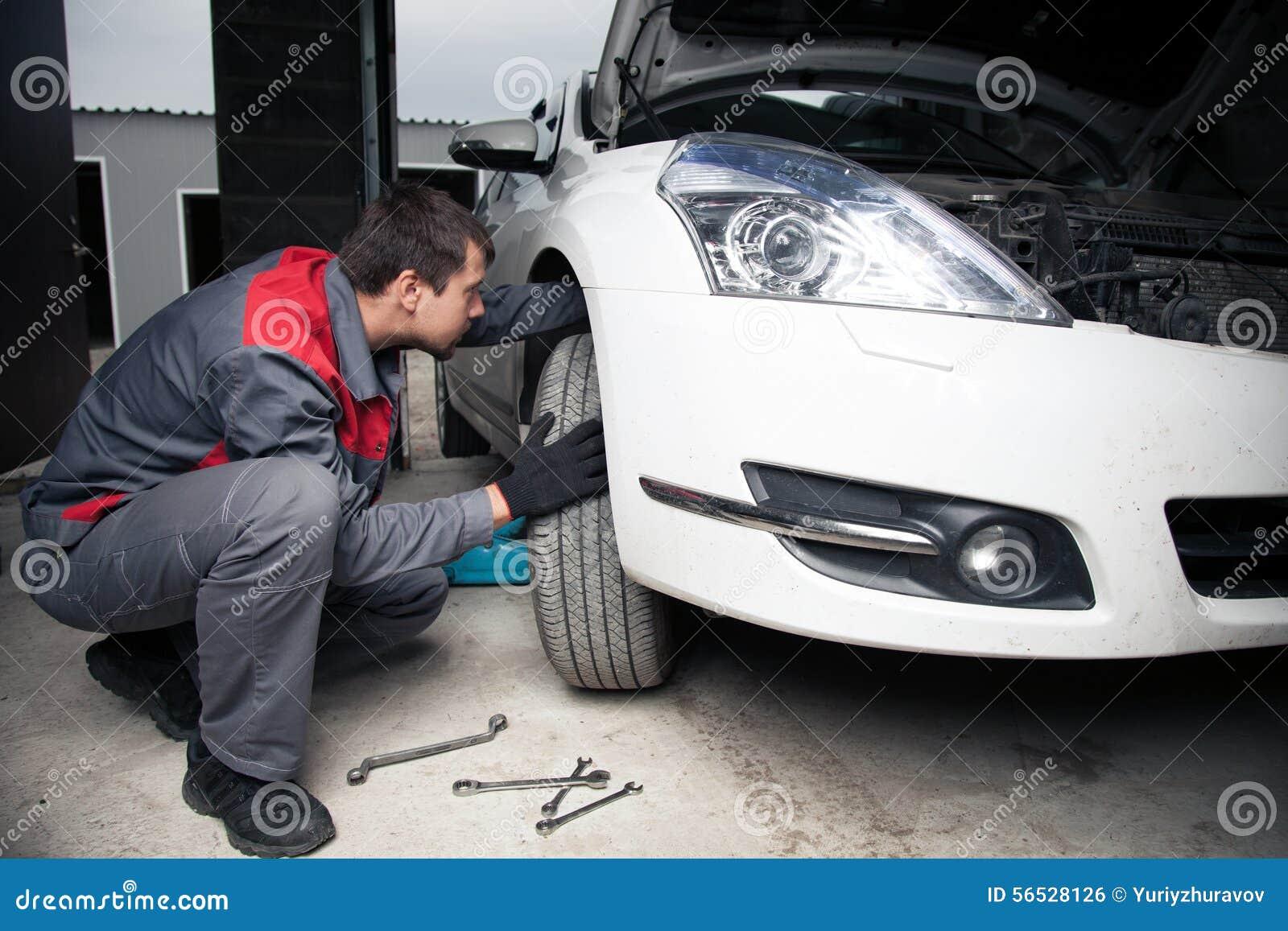 Automechaniker Hübscher Lächelnder Mechaniker Stockfoto - Bild von ...