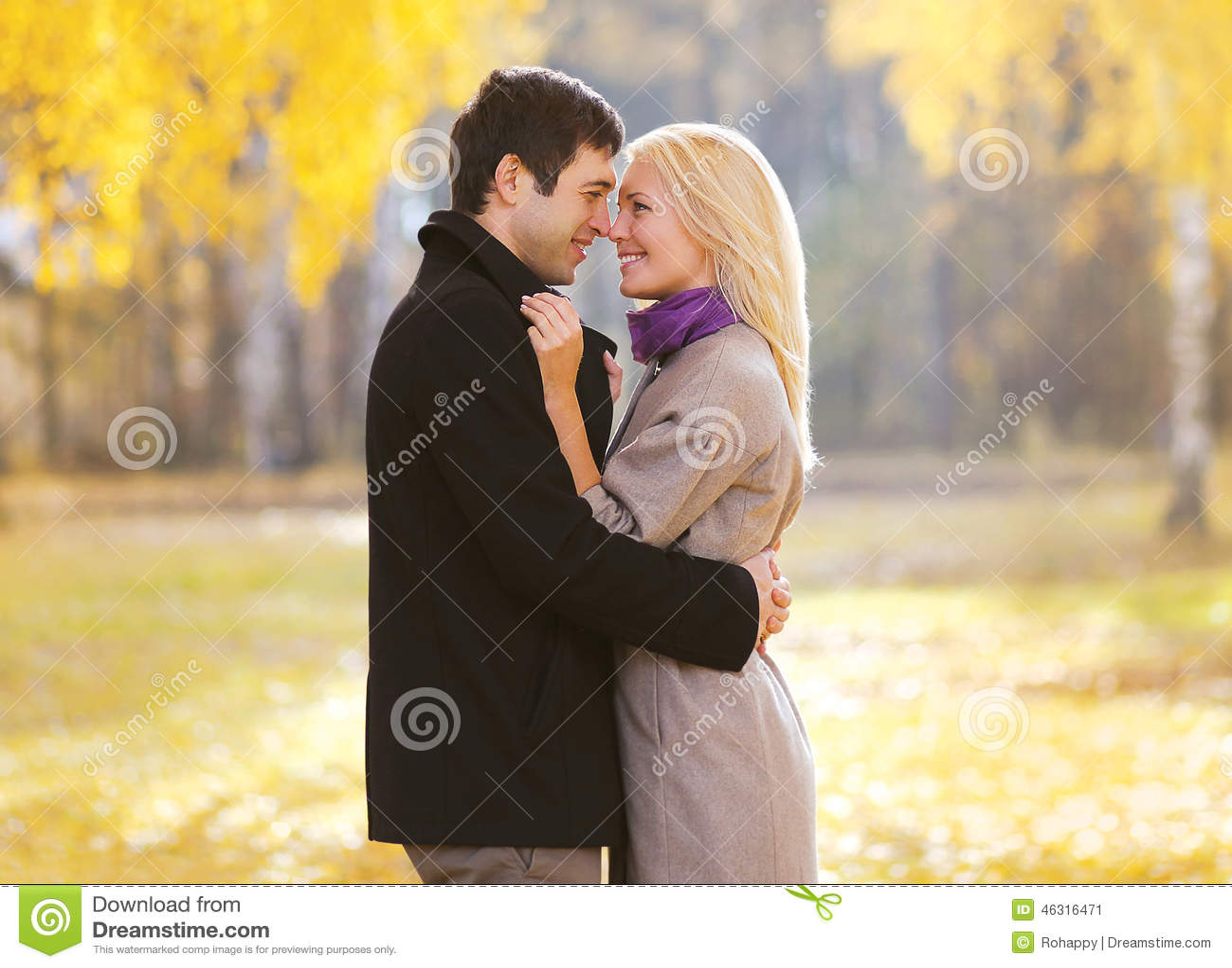 Automne, amour, relations et concept de personnes - beau couple