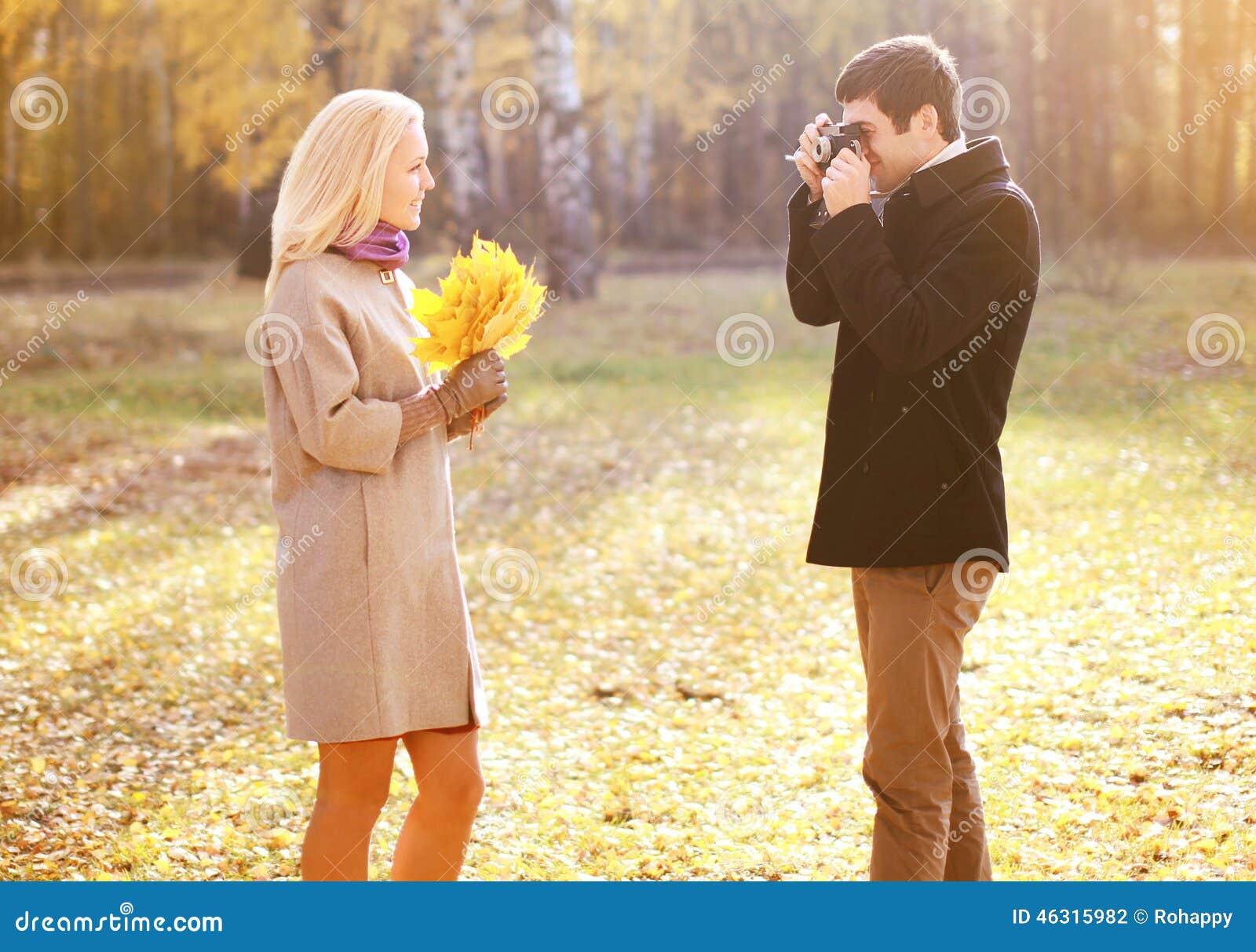 Automne, amour, relations et concept de personnes - couple heureux