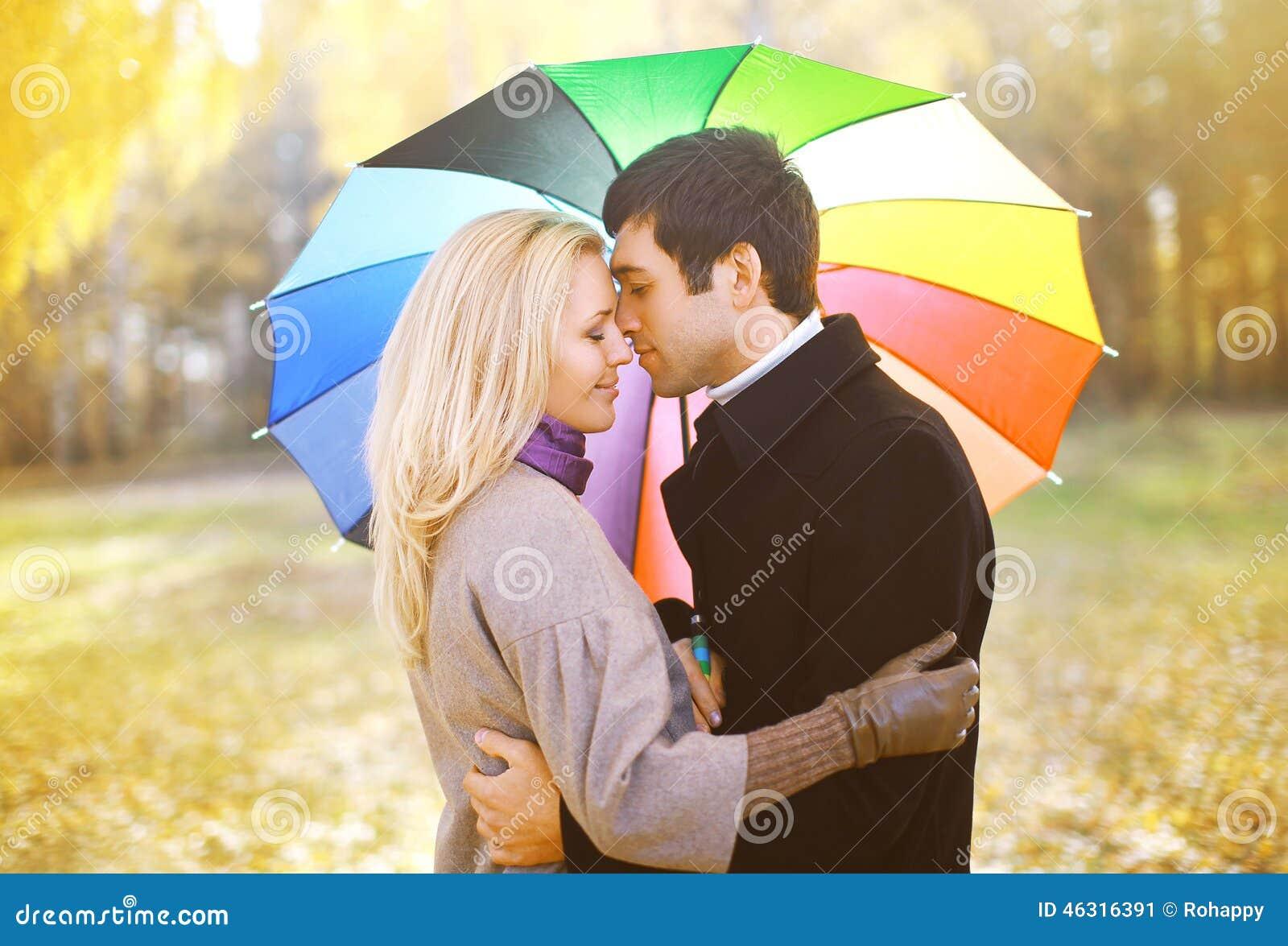 Automne, amour, relations et concept de personnes - couple sensuel